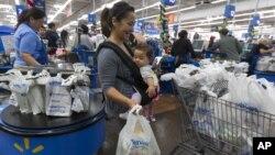 Eva Cevallos dan bayinya, Quinn, belanja untuk Thanksgiving sebelum awal musim belanja akhir tahun, atau Black Friday, dimulai. (Foto: AP)