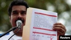 El Vicepresidente de Venezuela, Nicolás Maduro exhibe documentos presuntamente firmados por Hugo Chávez en La Habana.