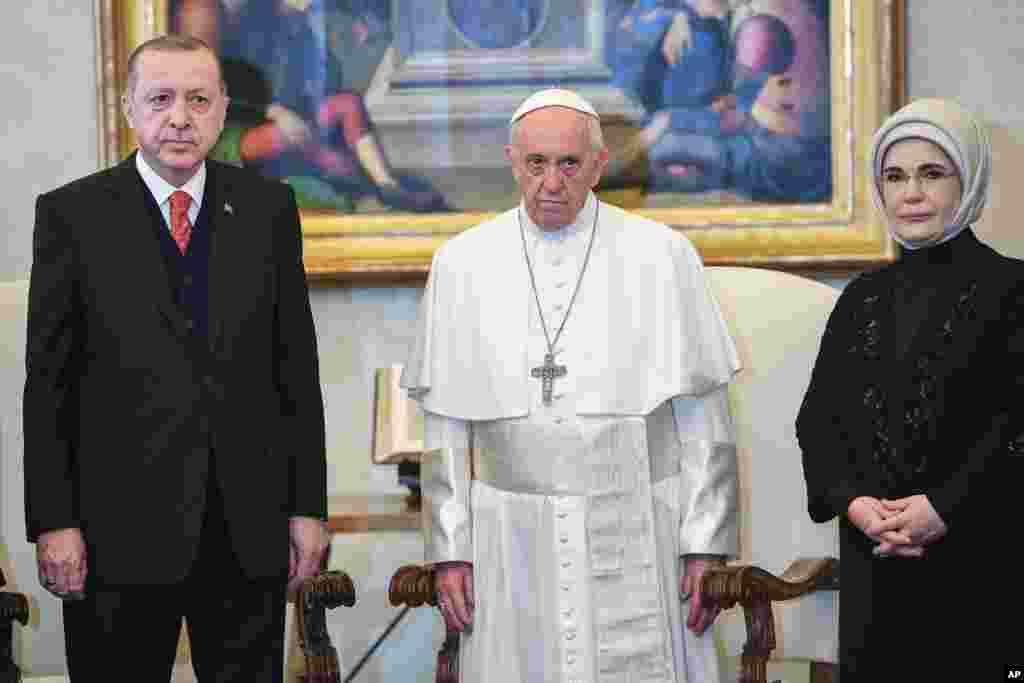 លោកប្រធានាធិបតីតួកគី Recep Tayyip Erdogan (រូបឆ្វេង) និងភរិយារបស់លោកគឺលោកស្រី Emine (រូបស្តាំ) ជួបជាមួយនឹងសម្តេចប៉ាប Francis នៅបុរីវ៉ាទីកង់។