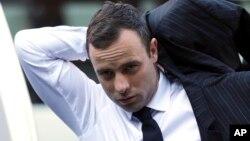 Oscar Pistorius llega a la corte en Pretoria, en el quinto día de su testimonio.