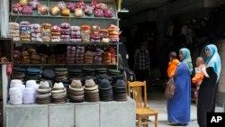 Perempuan etnis uighur mengenakan hijab di sebuah pasar di provinsi Xinjiang (foto: dok). Pemerintah Urumqi melarang perempuan mengenakan burka atau penutup wajah.