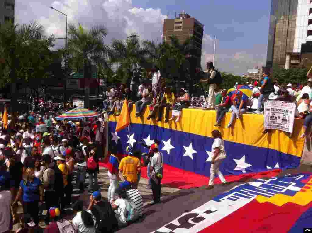 ملک گیر احتجاج اور مظاہروں کا مقصد صدر نکولس مادورو کو ان کے عہدے سے ہٹانے کے لیے ریفرنڈم کروانے کے مطالبہ کو منوانا ہے۔