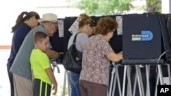 佛羅里達州選民在初選中投票 (資料圖片)