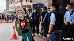 9일 홍콩 경찰이 톈안먼 추모 박물관을 압수수색하고 있다.