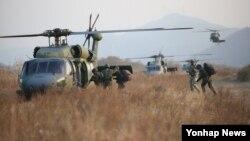 8일 한국 충주시 앙성면 단암리 남한강 일원에서 열린 육군 30사단 미한연합 공중강습 훈련에서 UH-60 헬기에 장병들이 탑승하고 있다.