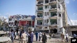 Les forces de sécurité fouillent l'Hôtel Ambassadeur après un attentt à la bombe, à Mogadiscio, Somalie, 2 juin 2016. (AP Photo / Farah Abdi Warsameh)