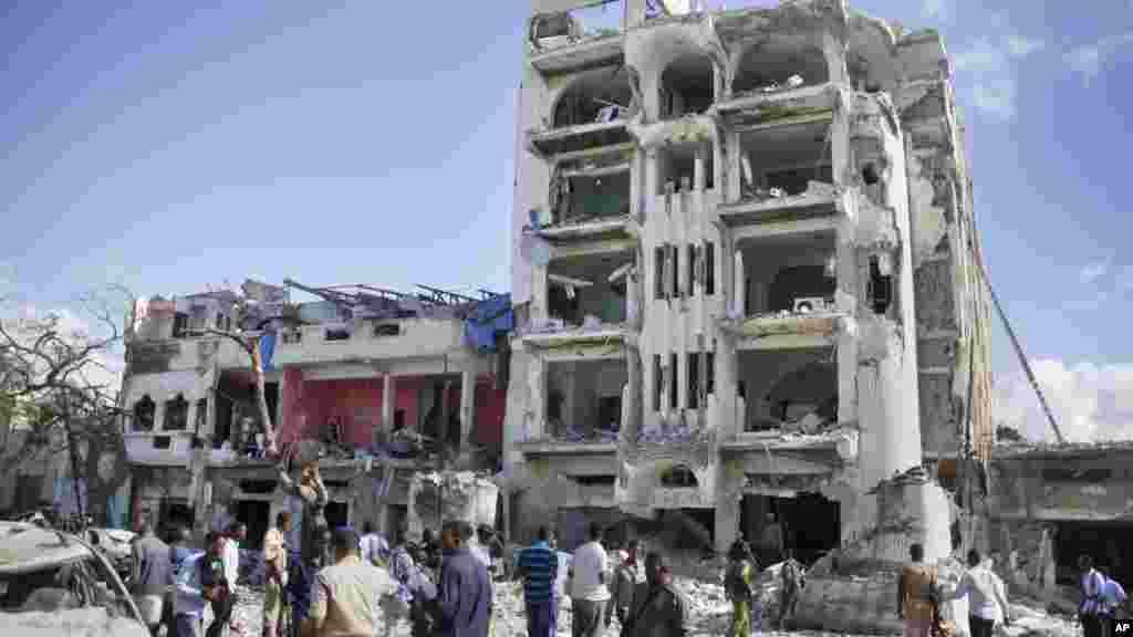 Les forces de sécurité somaliennes, sur le site de l'attentat en somalie, 2 juin 2016.