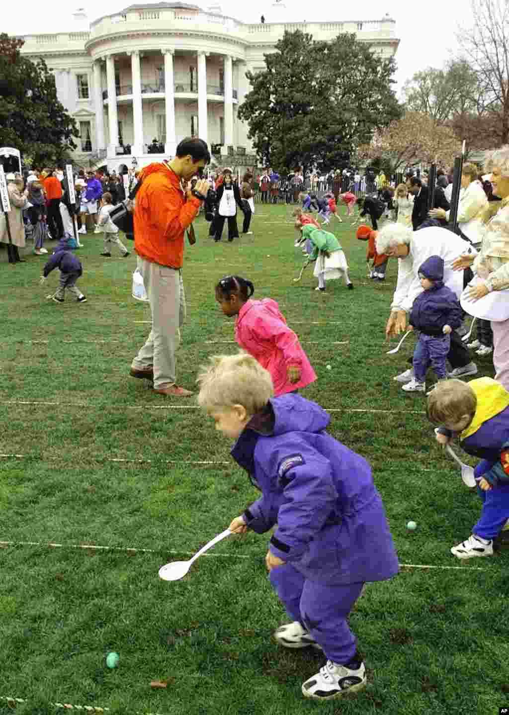 En EEUU, sólo las dos guerras mundiales, y en alguna ocasión el mal tiempo, han impedido que los niños de todo el país correteen por los huevos de Pascua en el jardín de la Casa Blanca.