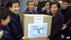 지난 2004년 12월 북한 개성공단에서 한국 기업의 첫 제품이 생산됐다. 정동영 당시 한국 통일부 장관(왼쪽)과 현정은 현대그룹 회장이 제품 상자를 들고 있다.