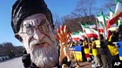 Seorang demonstran berpakaian seperti Pemimpin Iran Ayatollah Ali Khamenei mengikuti demonstrasi solidaritas Iran di Washington, 6 Januari 2018.