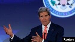 존 케리 미국 국무장관이 16일 워싱턴 국무부 건물에서 열린 해양 컨퍼런스에서 기조연설을 하고 있다.