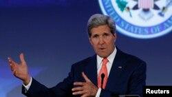 """Ngoại trưởng Mỹ John Kerry tại hội nghị """"Our Ocean"""" nói Hoa Kỳ đang xem xét giúp đỡ chính phủ Iraq chống lại cuộc nổi dậy Hồi giáo cũng như các cuộc thảo luận ngoại giao với nước láng giềng Iran."""
