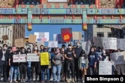 Warga melakukan aksi unjuk rasa menyerukan dihentikannya kejahatan bermotif kebencian khususnya terhadap warga keturunan Asia dalam aksi di kawasan Chinatown, Washington DC (21/3).