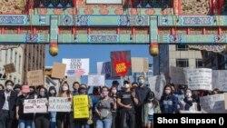Những người biểu tình tập hợp trước cổng khu Phố Tàu ở Washington D.C. hôm 21/3 để hô các khẩu hiệu chống lại nạn kỳ thị người gốc Á ở Mỹ