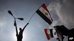 星期五埃及示威者在開羅的解放廣場的燈柱上揮舞國旗