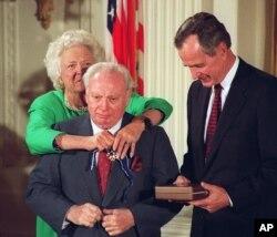지난 1992년 아이작 스턴의 목에 바버라 부시 여사가 '대통령 자유메달'을 걸고 있다.