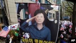 شماری از حامیان خانم پارک گون هه، رئیس جمهور پیشین کوریای جنوبی، روز جمعه علیه حکم محکمه مظاهره کردند