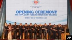 在老挝出席东盟外长会议的各国外交部长在开幕式上合影(2016年7月24日)