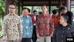 Dari kiri ke kanan, Menlu Indonesia Marty Natalegawa, Menlu Thailand Kasit Piromya, Menlu Singapura George Yeo dan Erlinda Basilio sebelum pembukaan pertemuan ASEAN di Lombok, NTB.