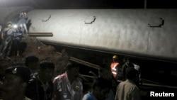 印度客车在中央邦哈尔达附近脱轨,救援人员在事故现场在搜救乘客。