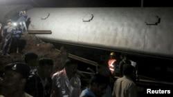 Polisi dan petugas operasi penyelamatan memeriksa lokasi kecelakaan kereta api di dekat Harda, Madhya Pradesh, India (5/8).