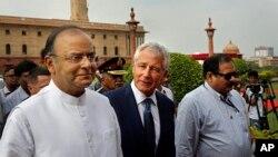 Bộ trưởng Quốc phòng Mỹ Chuck Hagel, giữa, trò chuyện với bộ trưởng Quốc phòng Ấn Độ Arun Jaitley tại New Delhi, 8/8/2014.