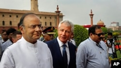 U.S. Defense Secretary Chuck Hagel, center, talks with Indian Defense Minister Arun Jaitley in New Delhi, Aug. 8, 2014.