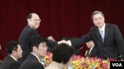 台海两会双方代表团长握手 (美国之音杨晨拍摄)