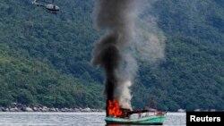 지난 5일 인도네시아 영해에서 베트남 어선이 인도네시아 해군의 공격을 받고 침몰하고 있다.