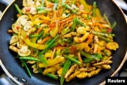 نیدرلینڈز کی واگینگن یونیورسٹی میں غذائیت اور خوراک کے شعبے میں ٹڈیوں اور سبزیوں سے تیار کی جانے والی ایک ڈش