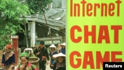 Tấm biển quảng cáo dịch vụ internet tại một cửa hàng ở thị trấn Bắc Hà thuộc vùng núi phía bắc Việt Nam. Bộ Công an cho biết Luật An ninh mạng sắp có hiệu lực sẽ không kiểm soát hoạt động của người dân hay làm lộ thông tin cá nhân của họ.