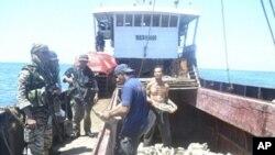 菲律賓士兵4月10日在南中國海中菲兩國有主權爭議的海域上了一艘中國漁船進行檢查