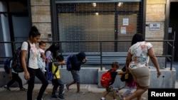 Trẻ em di dân bị tách khỏi cha mẹ được hộ tống đến trung tâm chăm sóc Cayuga ở New York