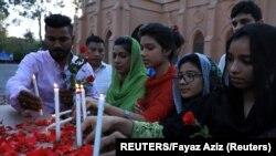 Svijeće u pomen žrtvama napada u Šri Lanki (Foto: REUTERS/Fayaz Aziz)