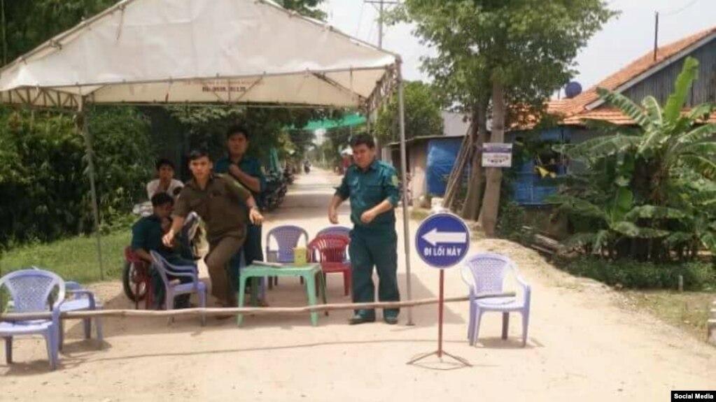 Một chốt chặn khách vào dự lễ kỷ niệm ngày Khai sáng do PGHH Thuần túy tổ chức ở tỉnh An Giang, 10/6/2017 (Facebook PGHH Thuần túy)