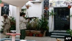 1 chiến binh chống Gadhafi bắn vào 1 tòa nhà của Đại học Sirte, 9/10/2011