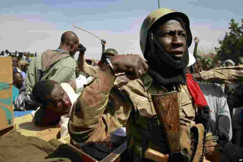 30일 말리 가오 시에서 생포한 반군을 지키는 정부군 병사들.