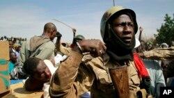30일 말리 가오시에서 정부군 병사들이 생포한 반군을 지키고 있다.