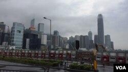 乌云有时笼罩香港金融区上空 (美国之音记者申华 拍摄)