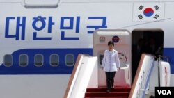 ປະທານາທິບໍດີ ເກົາຫລີໃຕ້ ທ່ານນາງ Park Geun-hye ເດີນທາງ ໄປເຖິງກຸງປັກກິ່ງ ເພື່ອປະຊຸມສຸດຍອດ ກັບບັນດາຜູ້ນໍາຈີນ.