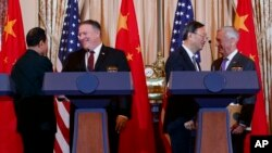 中国国防部长魏凤和、美国国务卿蓬佩奥、中共政治局委员杨洁篪和美国国防部长马蒂斯在美国国务院举行的记者会结束后握手。(2018年11月9日)