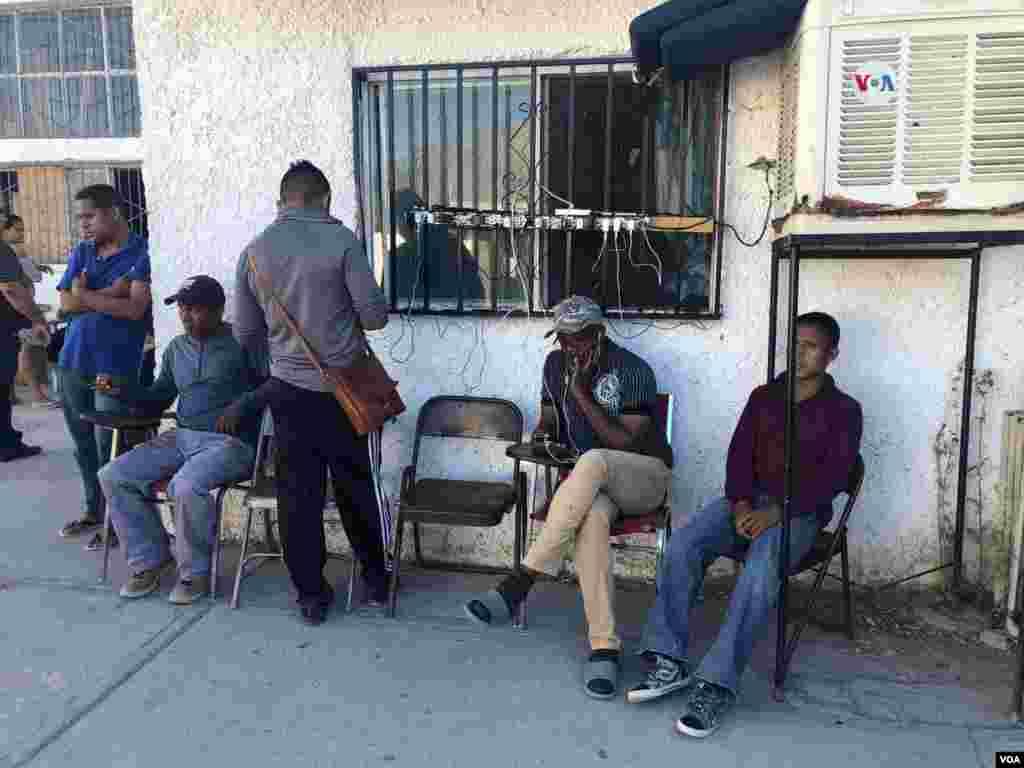 Migrantes que viven en este albergue en México usan esta estación de múltiple salidas de energía para cargar sus teléfonos.Photo: Celia Mendoza - VOA.