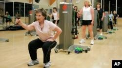 ورزش های مناسب که به تقویت استخوان ها بیانجامد می تواند جلو پوکی استخوان را در سنین ۲۵-۶۰ سالگی بگیرد.