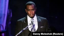 """L'artiste discographique Sean """"P. Diddy"""" Combs rend hommage à la chanteuse Whitney Houston lors d'un gala à l'hôtel Beverly Hilton de Beverly Hills, en Californie, le 11 février 2012. (Photo: REUTERS/Danny Moloshok )"""