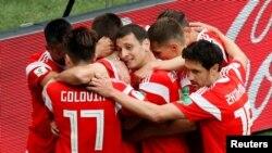 Wachezaji wa Russia wakishangilia ushindi wa 5 - 0 dhidi ya Saudi Arabia.