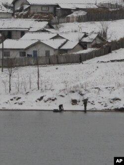在鴨綠江邊洗衣的北韓婦女