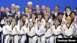 지난 6월 한국 전북도청에서 북한 주도 국제태권도연맹(ITF) 시범단과 한국 주도 세계태권도연맹(WTF) 시범단이 합동공연을 마친 뒤 태권도 인사들과 기념사진 을 찍고 있다.