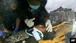 Pemba Tamang dalam sebuah ambulans setelah diselamatkan oleh polisi Nepal dan petugas penyelamat dari AS (30/4).