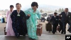 4일 금강산에서 남북 이산가족 2차 상봉단의 개별상봉이 진행된 가운데, 북측 이산가족들이 상봉 장소에 도착하고 있다.