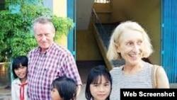 Чак Фіні з дружиною у сиротинці у В'єтнамі